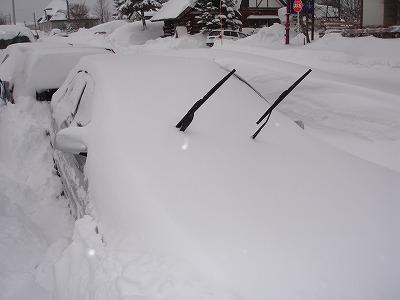 埋もれた車。